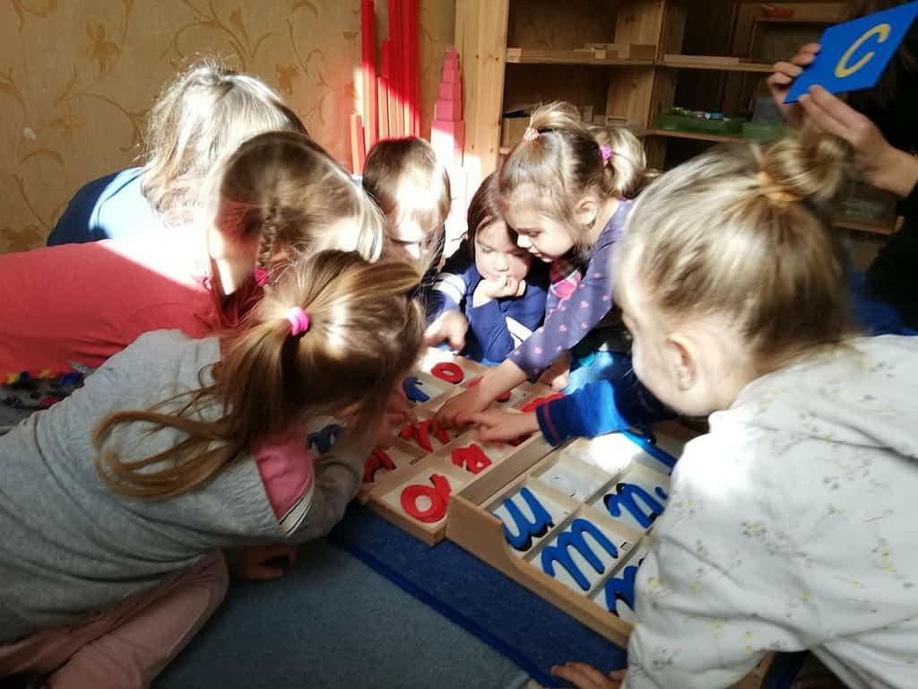 Дети трогают алфавит руками