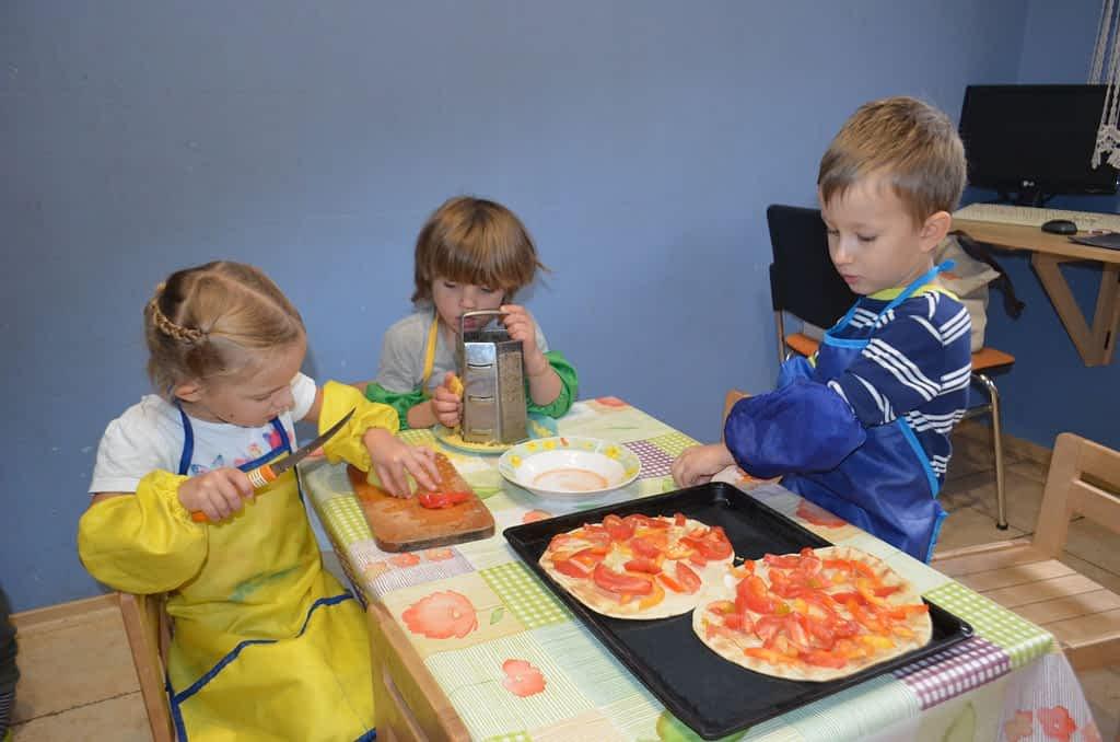 Ребенко положил пиццу на противень