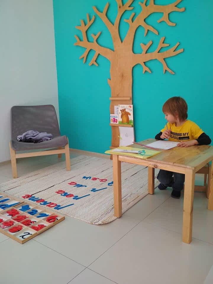 Мальчик пишет слова на бумаге