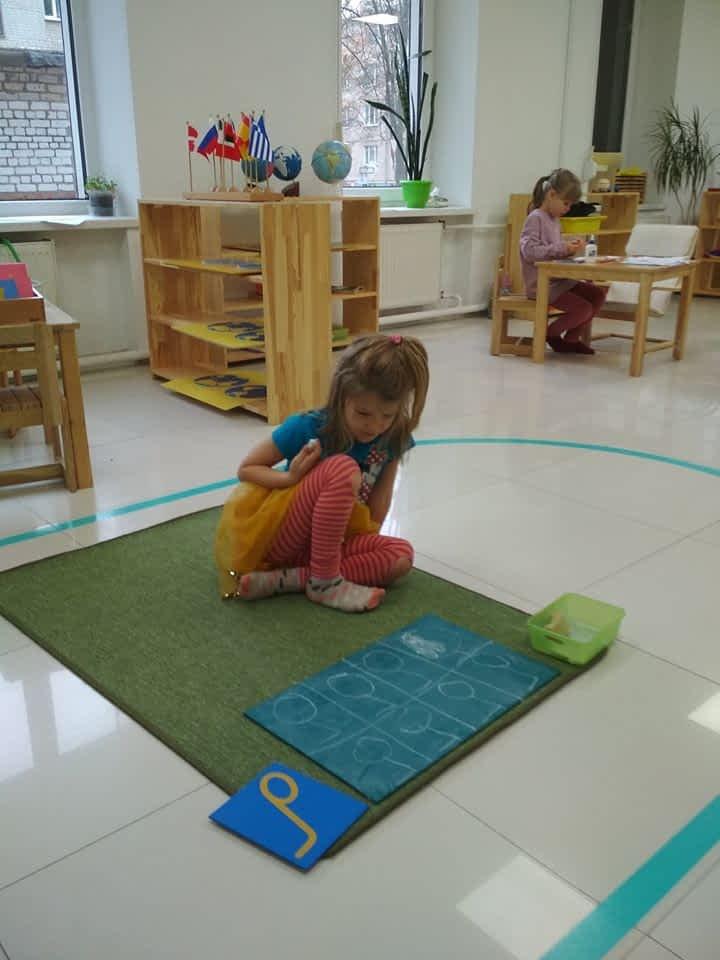 Ребенок пишет буквы