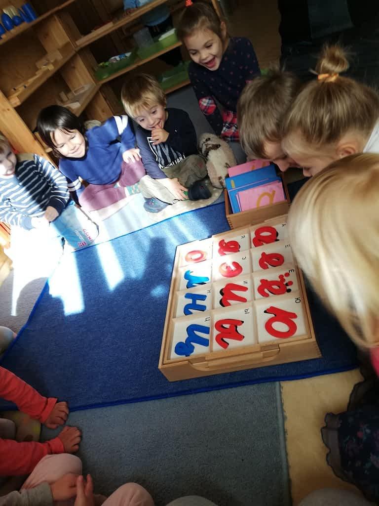 Дети смотрят на алфавит