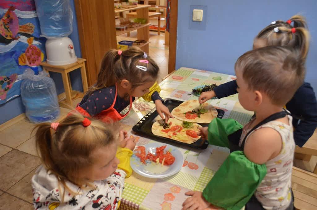 Дети выкладывают овощи
